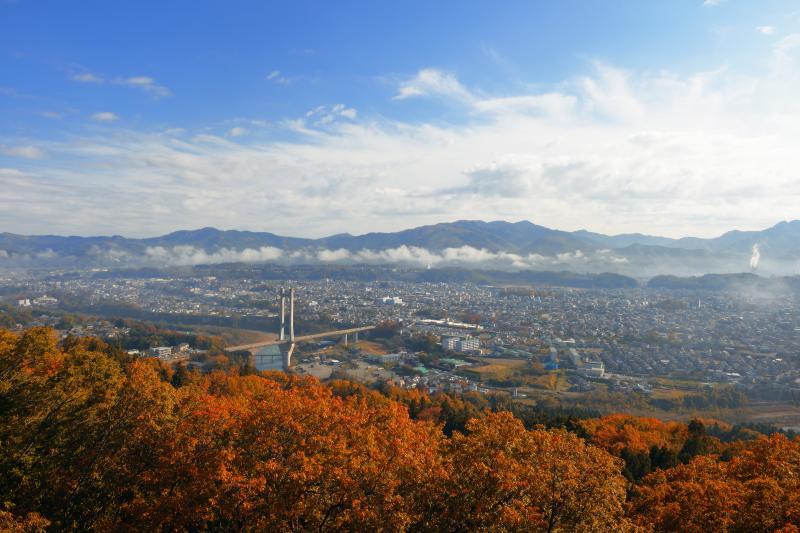 [ 秩父秋景色 ]  雲海に包まれていた秩父の街。徐々に雲海が消え、街並みが見えてきます。紅葉と青空が美しい朝でした。