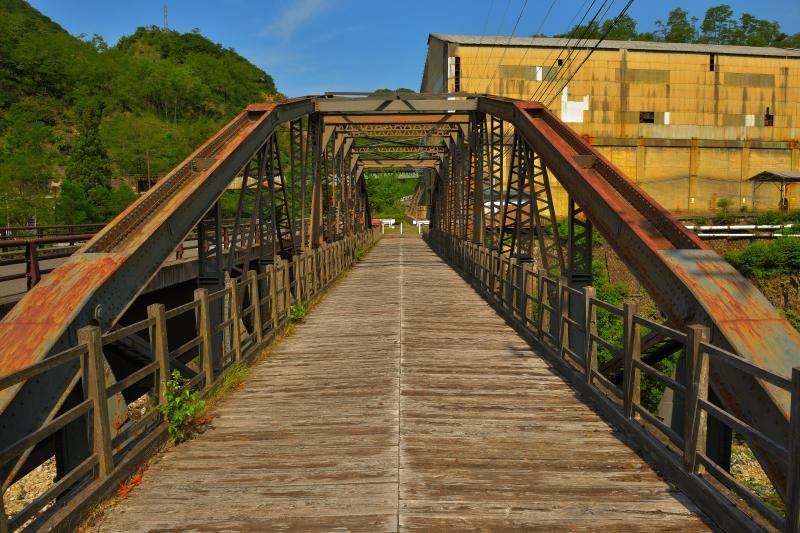 [ 歴史遺産の橋 ]  錆びた鉄が味わい深い古河橋。背後には本山精錬所跡があり、かつての足尾の繁栄を感じることができます。