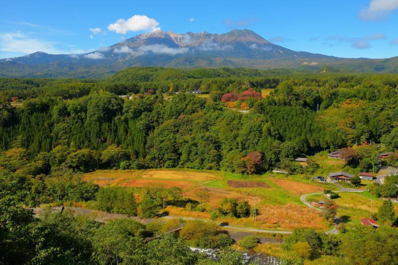 [ 御嶽山と農村風景 ]  雄大な御嶽山の山麓にある農村は日本の原風景。
