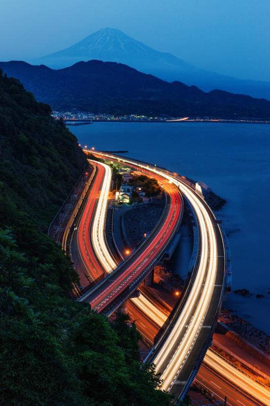 [ 光路 ]  富士山に守られながら東へ西へと移動する車の流れ。