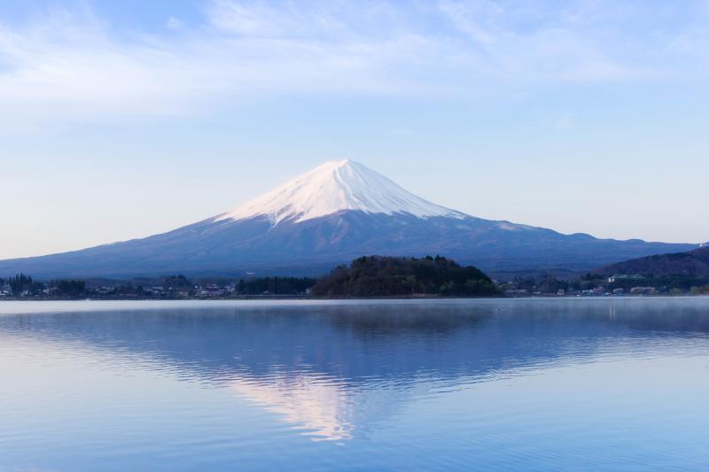 逆さ富士 | 大石公園の湖畔から早朝に撮影。レジャーボート・釣り船の波が立たない時間帯に撮影しました。