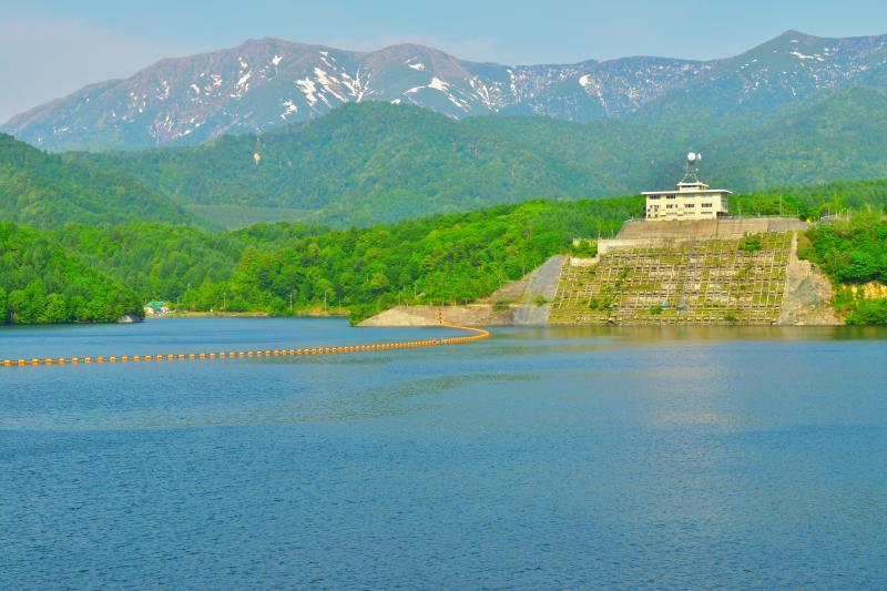 [ 奈良俣湖と残雪の峰々 ]  奈良俣湖は尾瀬の峰々を一望できる撮影スポットです。ダム堤は遊歩道になっており、車を降りてすぐにこの眺望を味わうことができます。