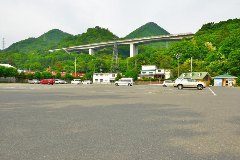 [ 道の駅 水紀行館の駐車場 ]  利根川の諏訪峡に隣接する道の駅です。駐車場は広く、みなかみ観光の拠点のひとつになっています。