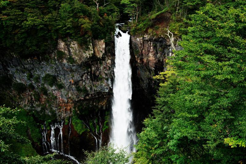 豪快と繊細 豪快な滝の横に、白糸のような美しい流れがあります。