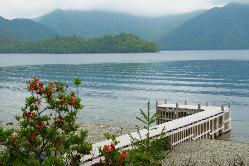 [ 桟橋 ]  別荘の前の湖畔には小さな桟橋が。正面に見えるのは紅葉で有名な八丁出島。