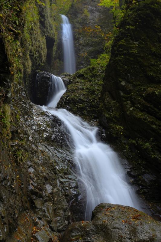 [ 天に昇る竜 ]  3段の滝が天に昇る竜を彷彿とさせます。