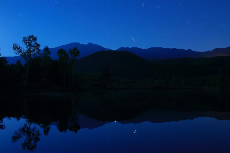 [ 乗鞍・星のシンメトリー ]  乗鞍高原「まいめの池」に映り込む、日本百名山・乗鞍岳と空を流れる星。
