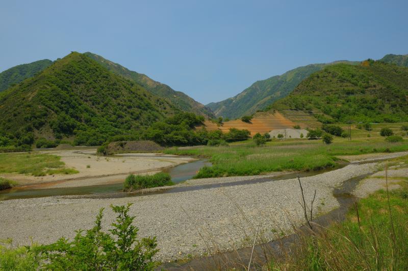 [ 三川の流れ ]  銅親水公園の堤が作るダム。ダムというよりは三つの川が流れる広い河川敷のよう。