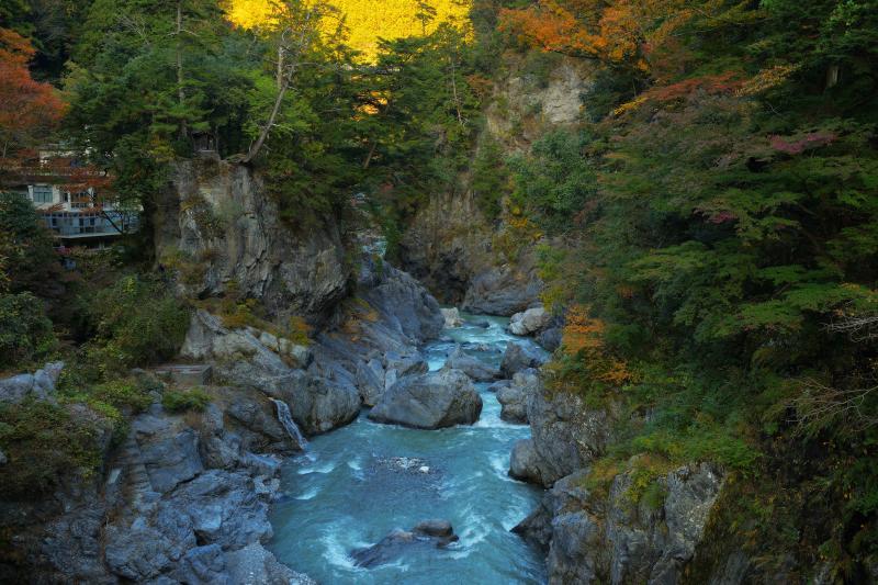 [ 奇岩と多摩川の流れ ]  鳩ノ巣小橋からは奇岩と清流・多摩川を一望することができます。国道から少し遊歩道を下るだけで迫力ある絶景を味わうことができます。