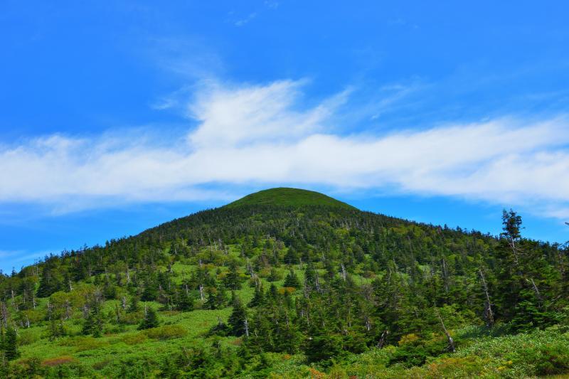 [ 仙人岱から望む八甲田の峰と流れる雲 ]  酸ヶ湯温泉から1時間半ほどで仙人岱という平地に出ます。ここはヒュッテや水場があり、大岳へ登山する際の休み場になります。