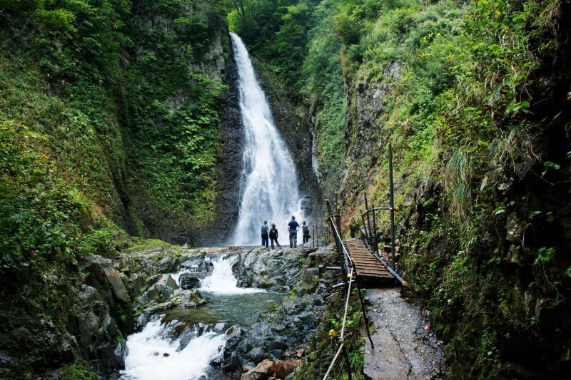 [ 第一の滝 ]  滝壺は凄い飛沫です。