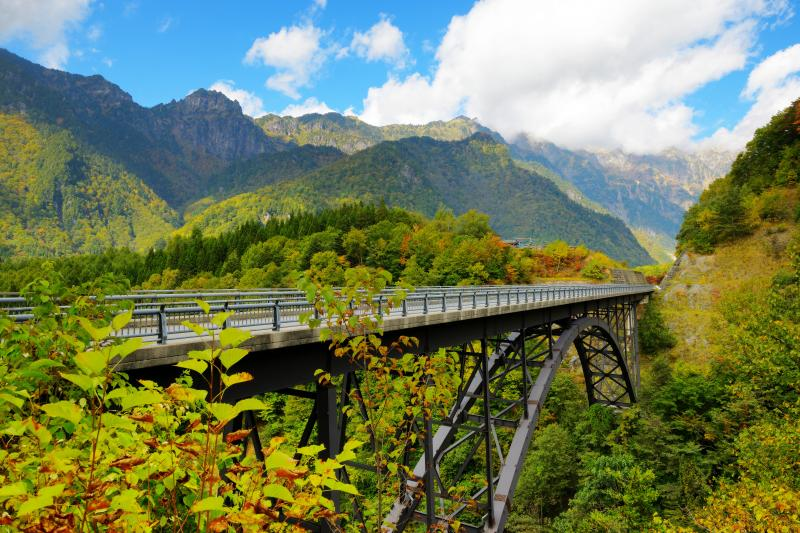 [ 北アルプス大橋 ]  険しい谷に架かるアーチ型の美しい橋。穂高の絶景を満喫することができます。