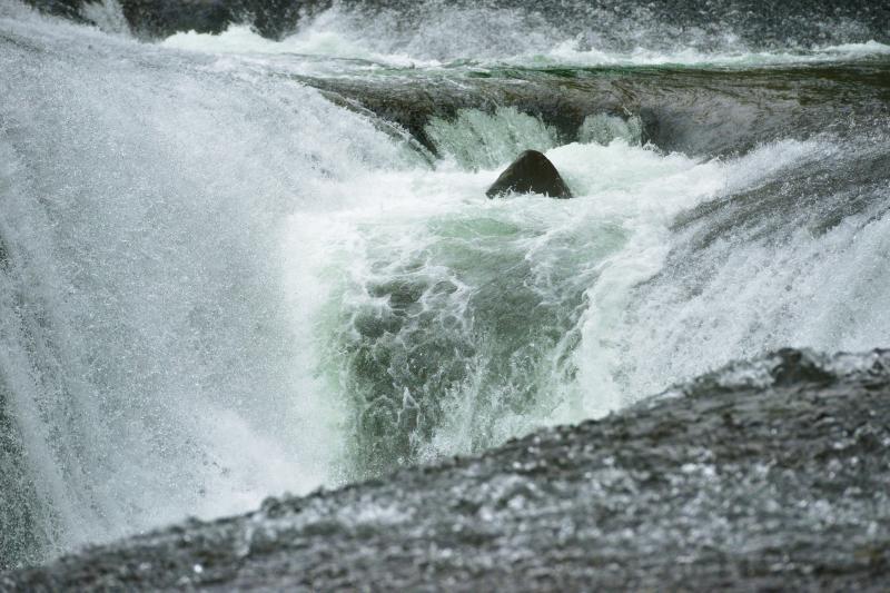 [ 東洋のナイアガラ ]  数方向から岩の割れ目に向かって水が流れ落ちていきます。激しく複雑に動く水を高速シャッターで撮影しました。