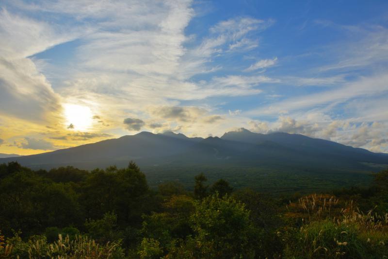 [ 八ヶ岳の夕暮れ ]  八ヶ岳の左肩に太陽が沈んでいきました。