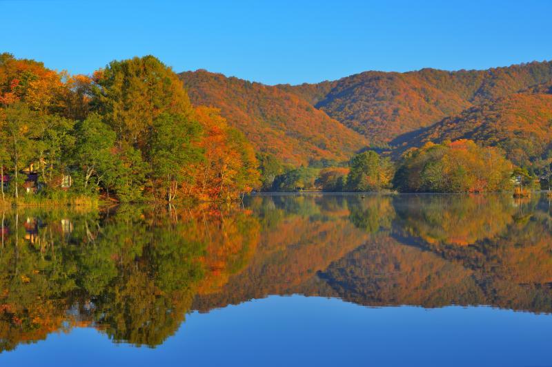 [ 紅葉水鏡 ]  風の無い早朝、紅葉の山々が湖に綺麗に映り込みました。