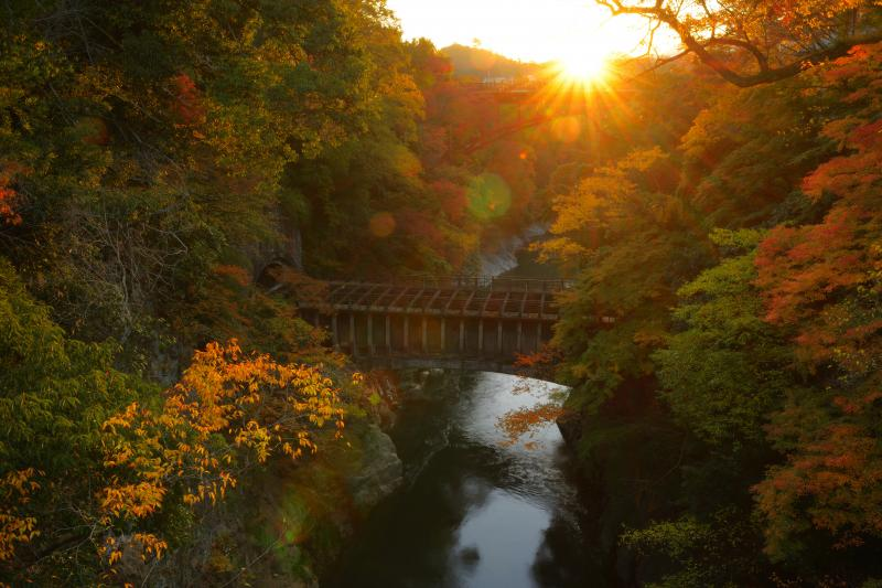 [ 放熱 ]  奥の山から太陽が昇り、猿橋周辺は光の中に。