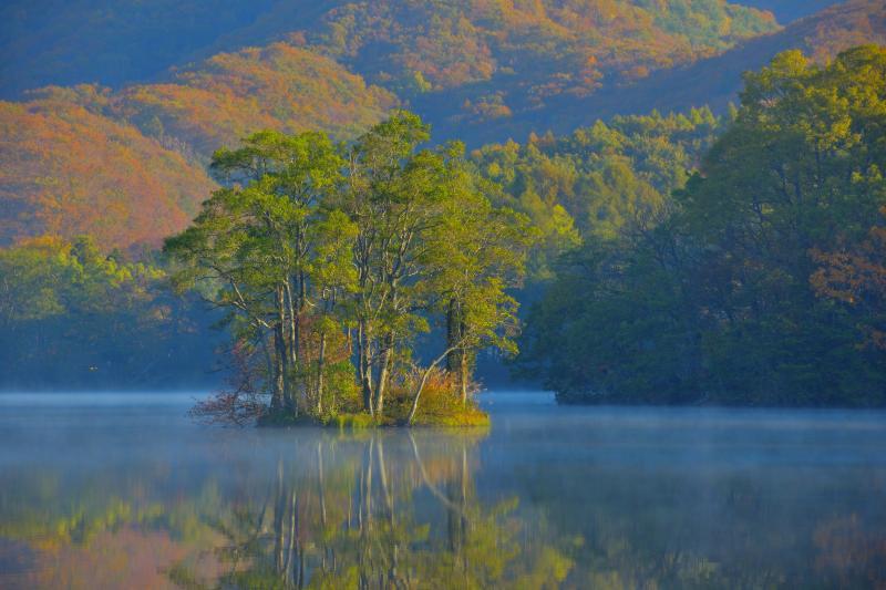 [ 紅葉浮島 ]  湖の周辺の山は紅葉が進んできました。曽原湖の浮島は形がよく美しいです。