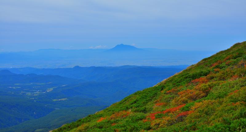 [ 空に浮かぶ岩木山 ]  八甲田山からは岩木山がよく見えます。山並みの奥に浮かぶ岩木山が幻想的でした。