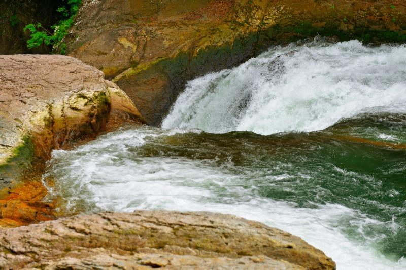 [ 鱒飛の滝 ]  吹割の滝の下流にある鱒飛の滝は2方向からの流れが吸い込まれていきます。