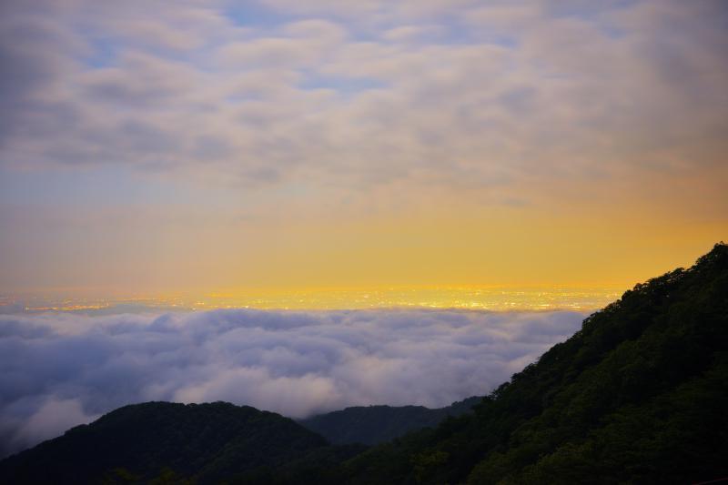 雲海と雲間に光る夜景| 峠からは下に雲海が張り付き、その上にオレンジ色の関東の街明かりが。上空には雲が流れ、幻想的な絶景になりました。