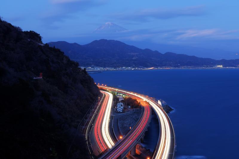 さった峠 | 車の光跡と漁船の灯り
