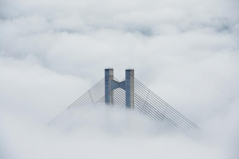 [ ミューズパーク雲海 ]  太陽が昇り気温が上がってくると、雲海に埋まっていたハープ橋が姿を現します。