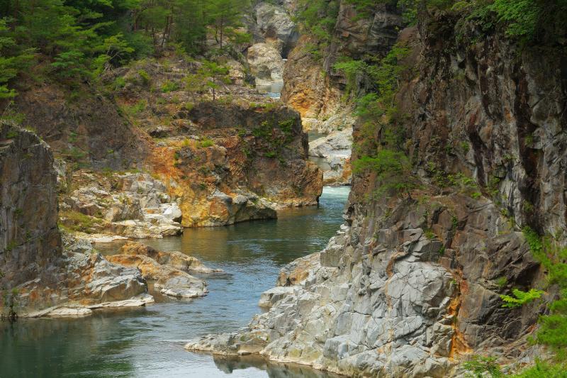 [ 竜の通り道 ]  切り立った岩壁の間をすり抜けるような鬼怒川の流れ。