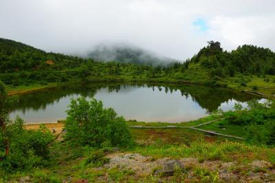 弓池全景| 水深1.6mの火口湖。右奥に見える岩は「蓬莱岩」。天空の水鏡はとても神秘的。