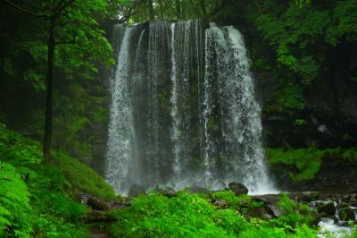 唐沢の滝| 滝壺が浅い滝で、凄い水しぶきです。