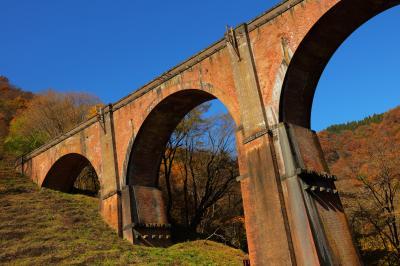 めがね橋紅葉| 紅葉に包まれためがね橋。雲ひとつない空がどこまでも続いていました。