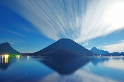 放射シンメトリー| 榛名湖畔に到着すると空にうろこ雲が流れていました。榛名山と雲が湖面に映り込み神秘的な世界が広がっていました。