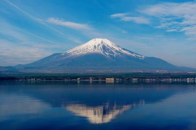 山中湖の逆さ富士| 湖面に映る逆さ富士。少し水に揺らぎがあり躍動感が出ています。