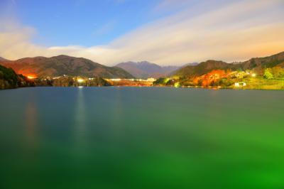 真夜中の赤谷湖| 月明かりに照らされた赤谷湖は幻想的です。雲は谷川岳方面へ流れ、青空に星が輝いていました。
