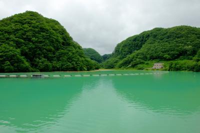 エメラルドグリーンの品木ダム| 草津白根山・草津温泉から流れ出る強い酸性の水を中性にしています。温泉のようなダム湖。