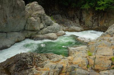 激流  鬼怒川の激しい流れの側まで近づくことができます。白い岩の中をグリーンの水が駆け抜けていきます。