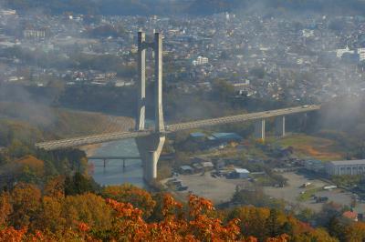 秩父ハープ橋と街並み| 少し前まで雲海に包まれていたハープ橋。秋色に染まる秩父の美しい街並みが広がります。