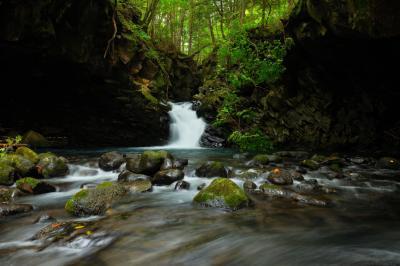 千間淵| ドーム状になった空間にある滝と半円状の流れが美しい。