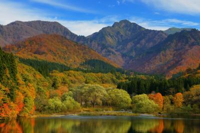 錦秋の大源太キャニオン| 上越のマッターホルンは鮮やかな紅葉に彩られていました。大源太湖には紅葉が映り込み、上空には秋の青空が広がっていました。