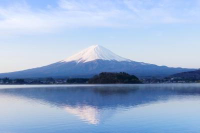 逆さ富士| 大石公園の湖畔から早朝に撮影。レジャーボート・釣り船の波が立たない時間帯に撮影しました。