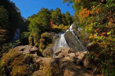 秋の三本滝| 3つの沢が一ヶ所になる場所にある三本滝、秋晴れと紅葉が美しい。