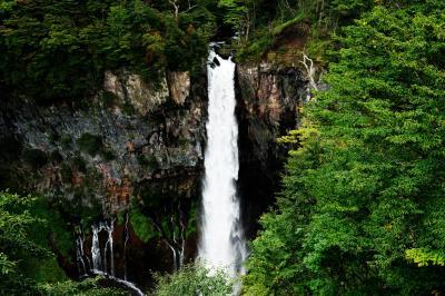 [ 豪快と繊細 ]  豪快な滝の横に、白糸のような美しい流れがあります。