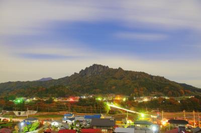 夜に輝く戦国の名城| 月明かりに照らされた真田の城・岩櫃城。天然の要塞であるこの山は今も変わらず迫力ある姿を見せてくれます。