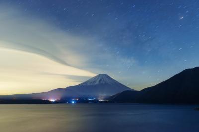 星空と流れる雲に| 真夜中、富士山から面白い雲が流れていきました。星と雲の物語。