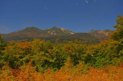 乗鞍夜の紅葉俯瞰| 紅葉真っ盛りの乗鞍岳と一の瀬園地。月明かりに照らされた錦秋の乗鞍岳に雲が流れ込んできました。