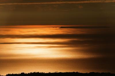 新しい世界へ  吸い込まれそうな空間。海が一面オレンジに染まりました。