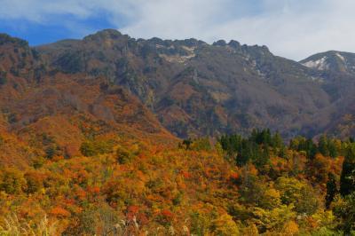 錦秋の八海山| 色鮮やかな紅葉と荒々しい岩山。山麓からはそびえる八海山の姿を間近で見ることができます。