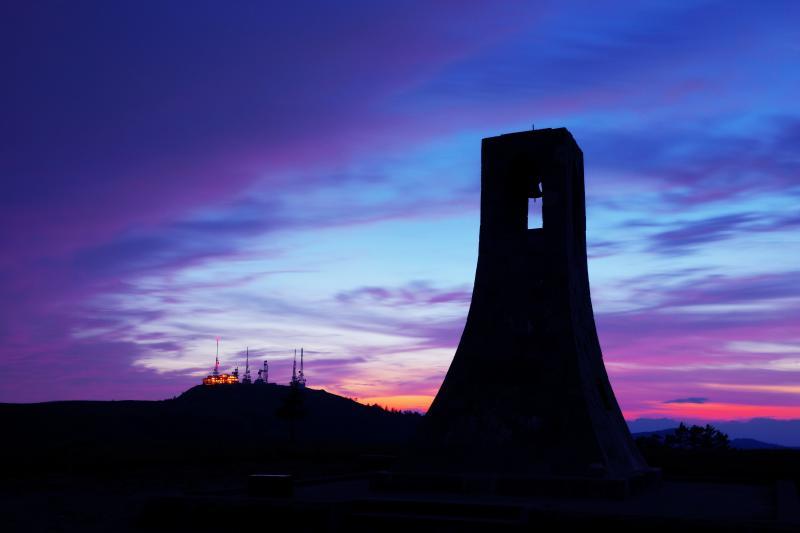 マジックアワー| 真っ赤に焼けた後の美しいグラデーション。パステルカラーの空に浮かび上がる美しの塔と王ヶ頭の電波塔のシルエット。
