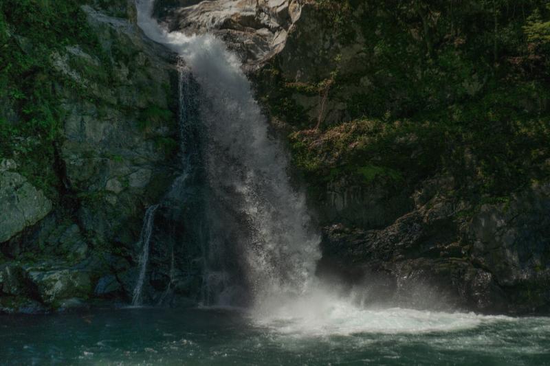 清納の滝| 削り取られた岩盤から溢れるように水が流れ落ちてきます。