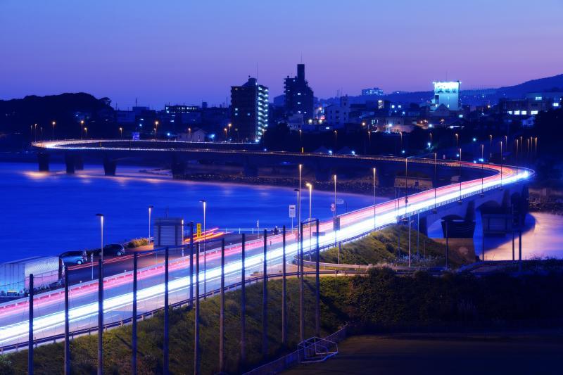 マジックアワーのS字カーブ| 国道6号「日立バイパス」の車の光跡。夕焼けが終わった後、空がパープルに変化し、美しいマジックアワーを楽しむことができました。
