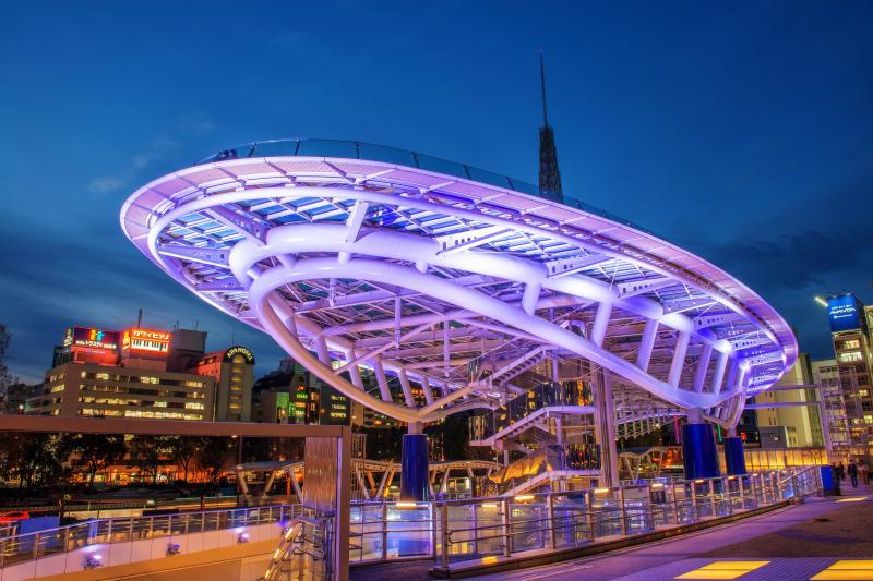 水の宇宙船ライトアップ| 巨大な宇宙船がマジックアワーの空に浮かび上がりました。近未来的で格好良い建物です。